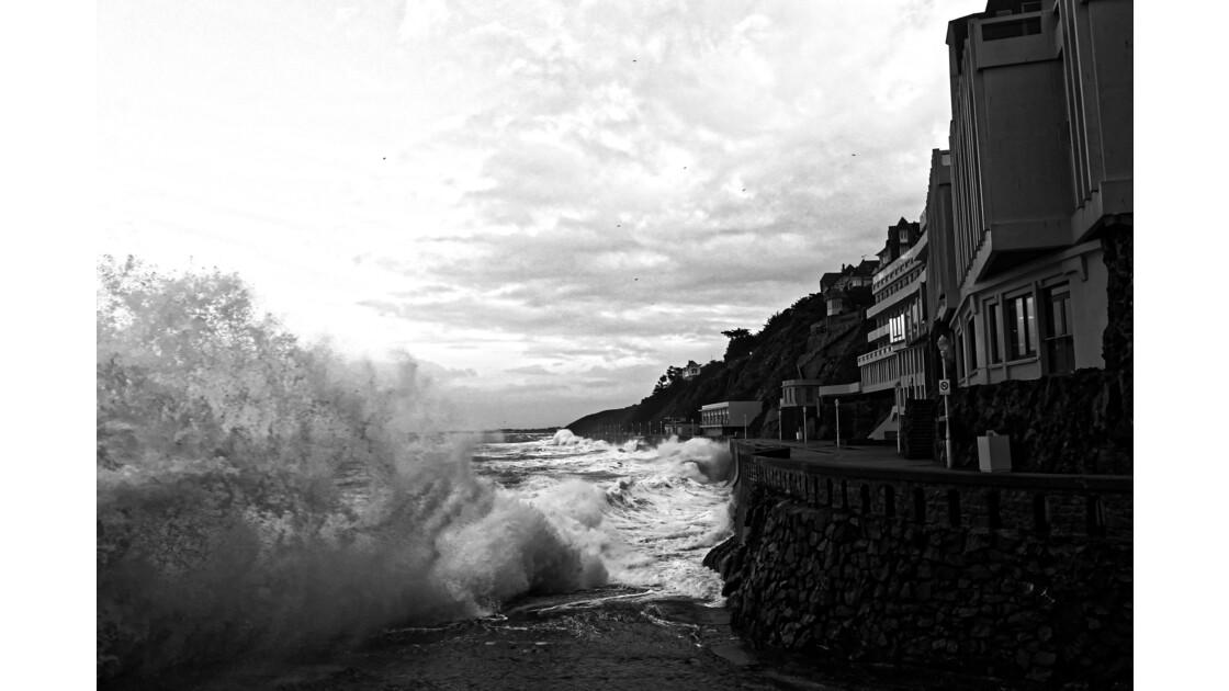 vague déchainée en bord de mer