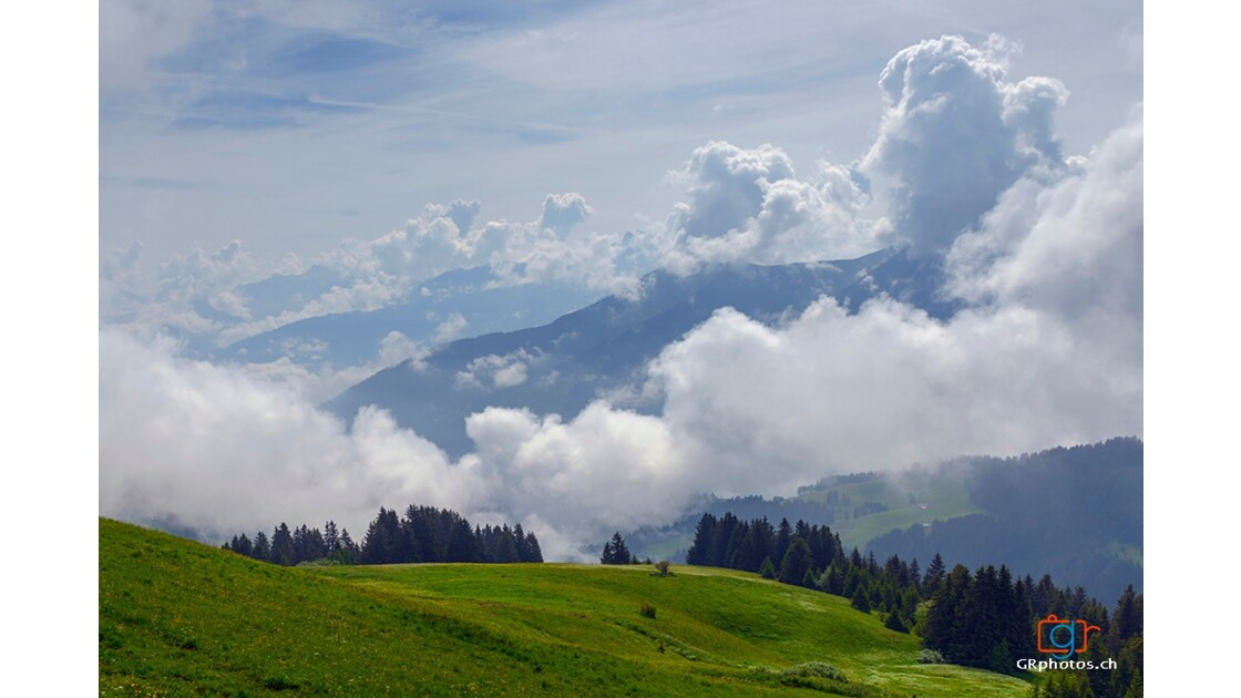 Montagne suisse nuageux