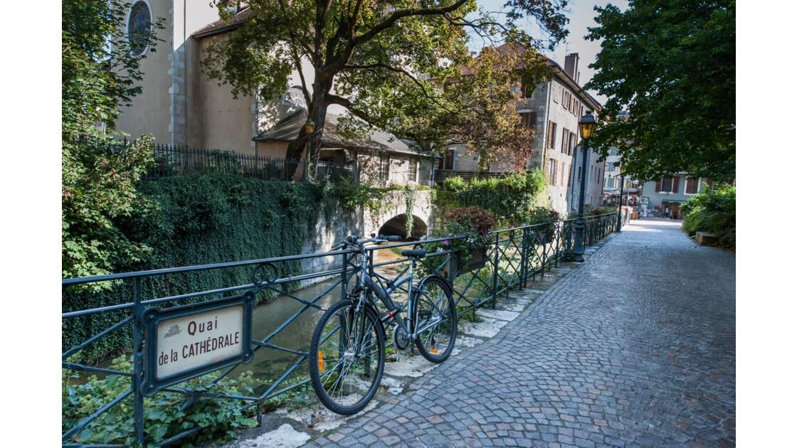 Un vélo, un quai, un canal. GEOeau