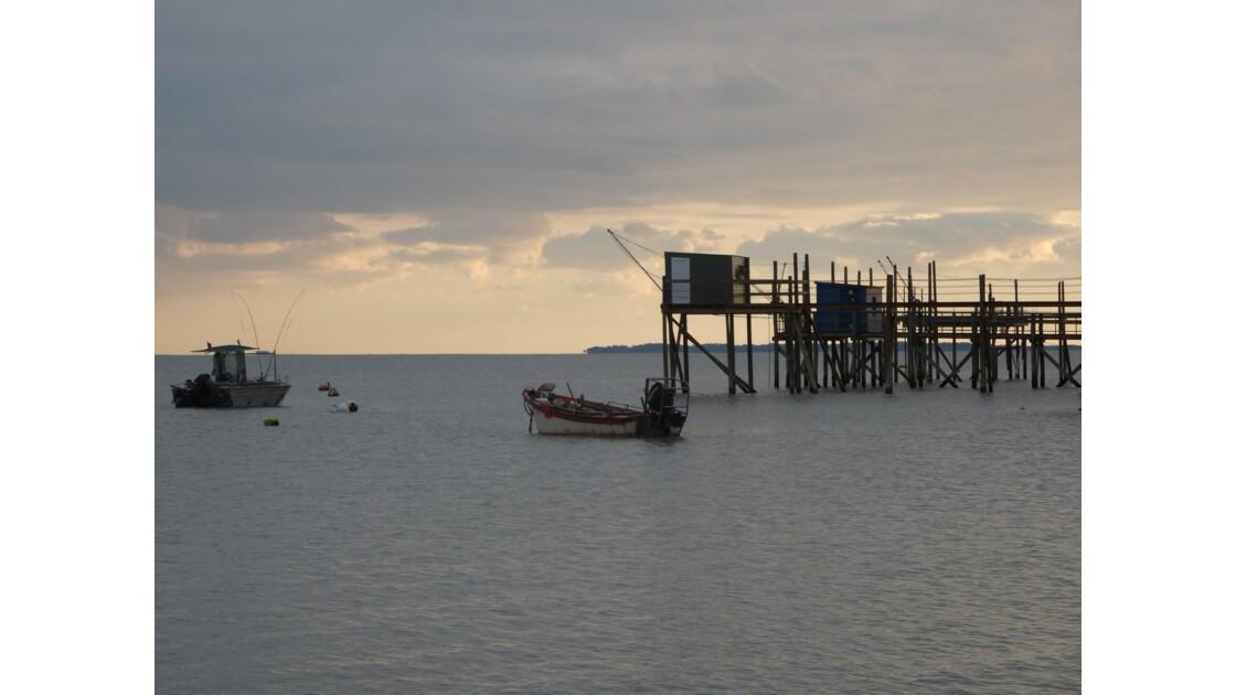 Carrelet et petits bateaux de pêche à Aytrée