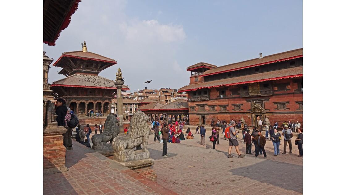 Népal Patan Durbar Square Porte d'Or-Colonne de Garuda et temple de Wishvonath