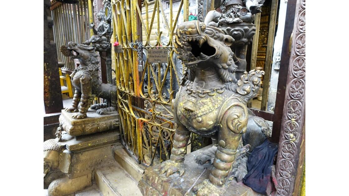 Népal Patan Temple d'Or Lions du Swayambhu Chaitya
