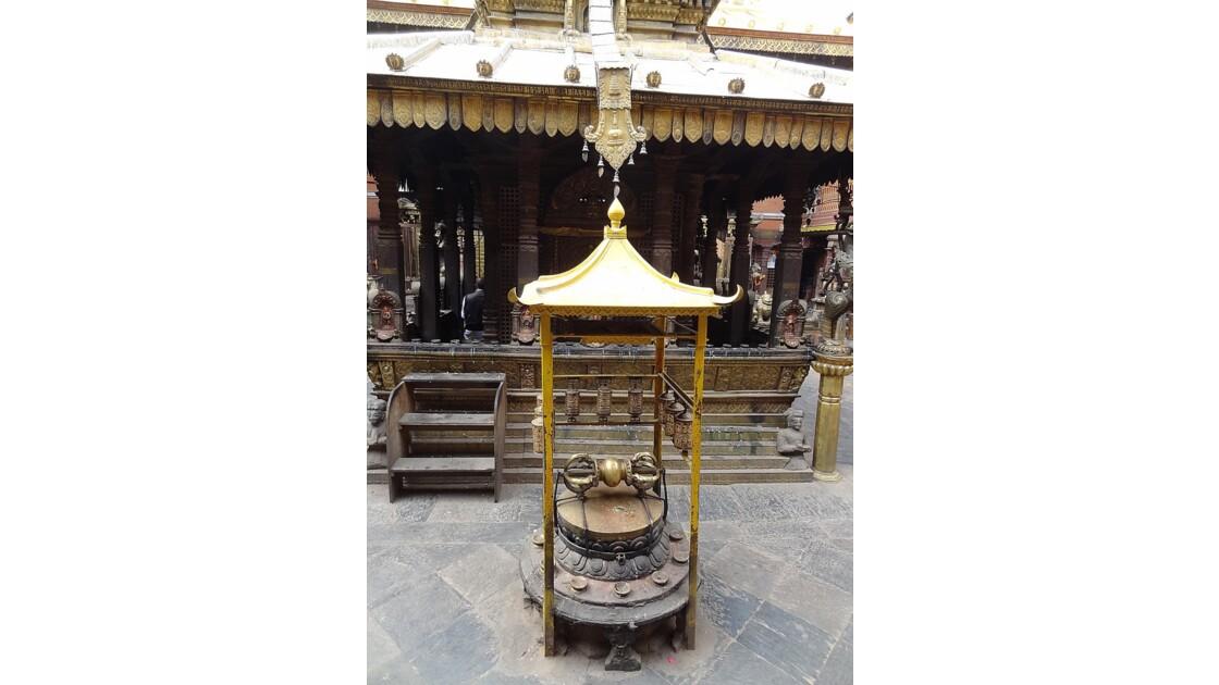 Népal Patan Temple d'Or moulin à prière et Vajra