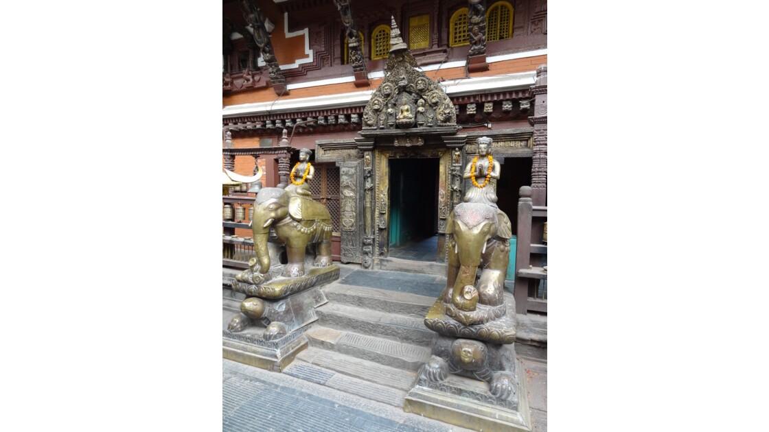 Népal Patan Entrée du Temple d'Or