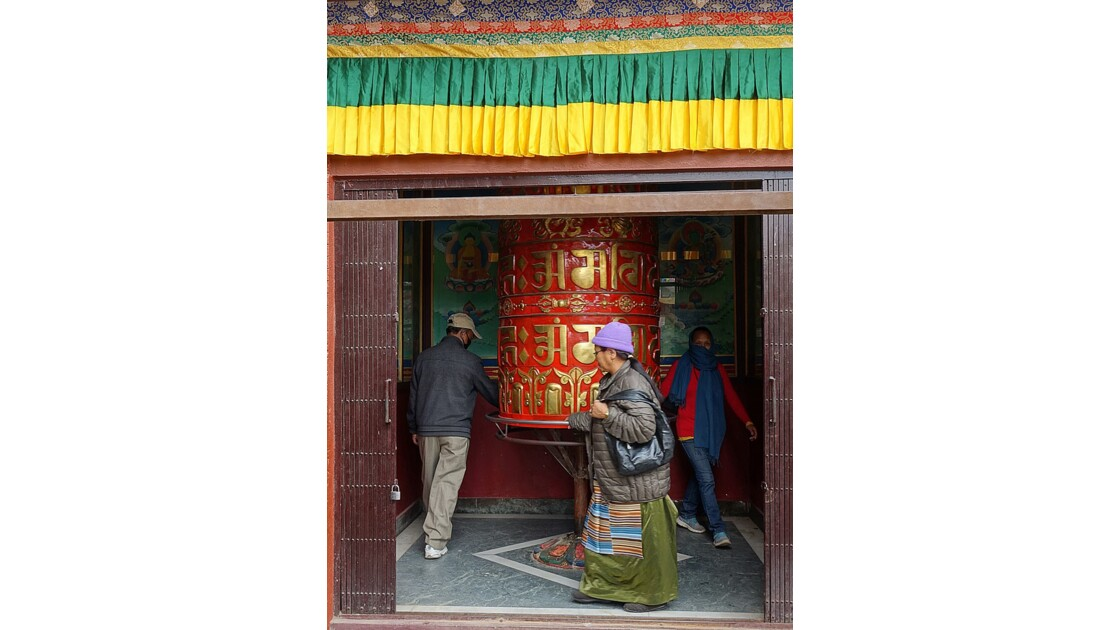 Népal Bodnath autour du Stupa Moulin à prière géant