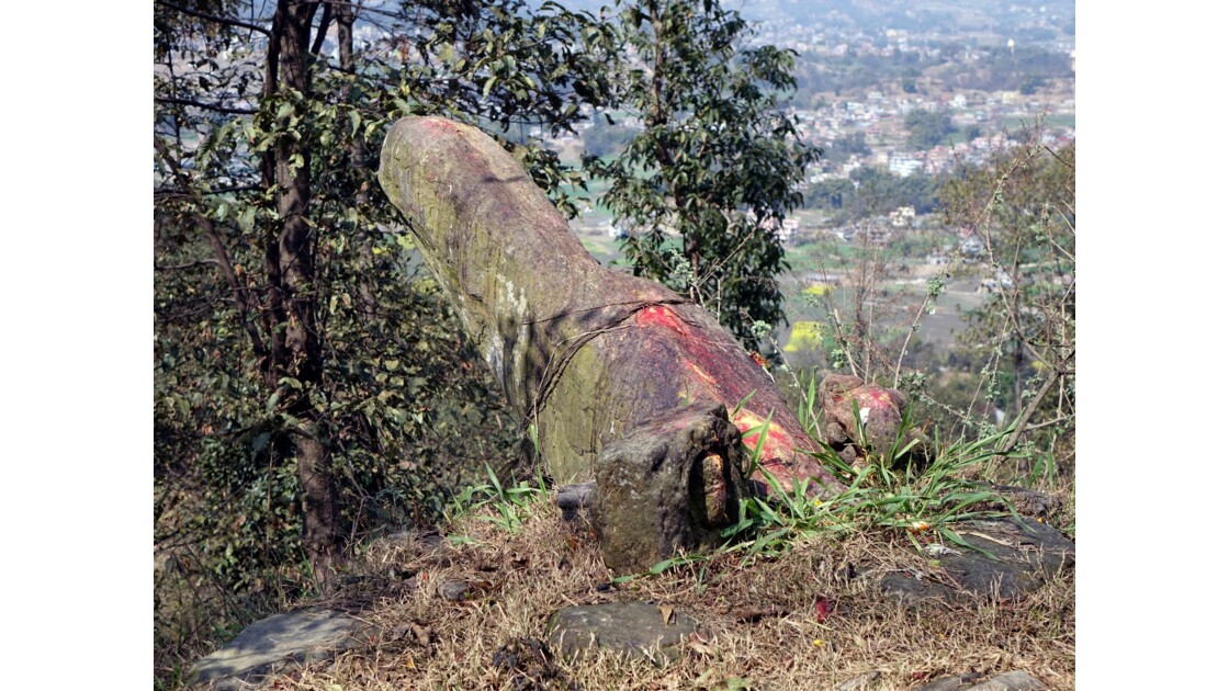 Népal Lingam près du village de Changu Narayan