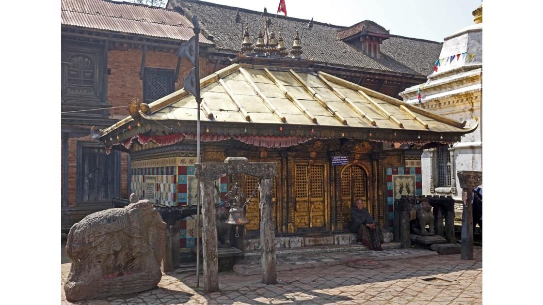 Népal Changu Charayan Statue d'éléphant devant le temple de Chhinnamasta