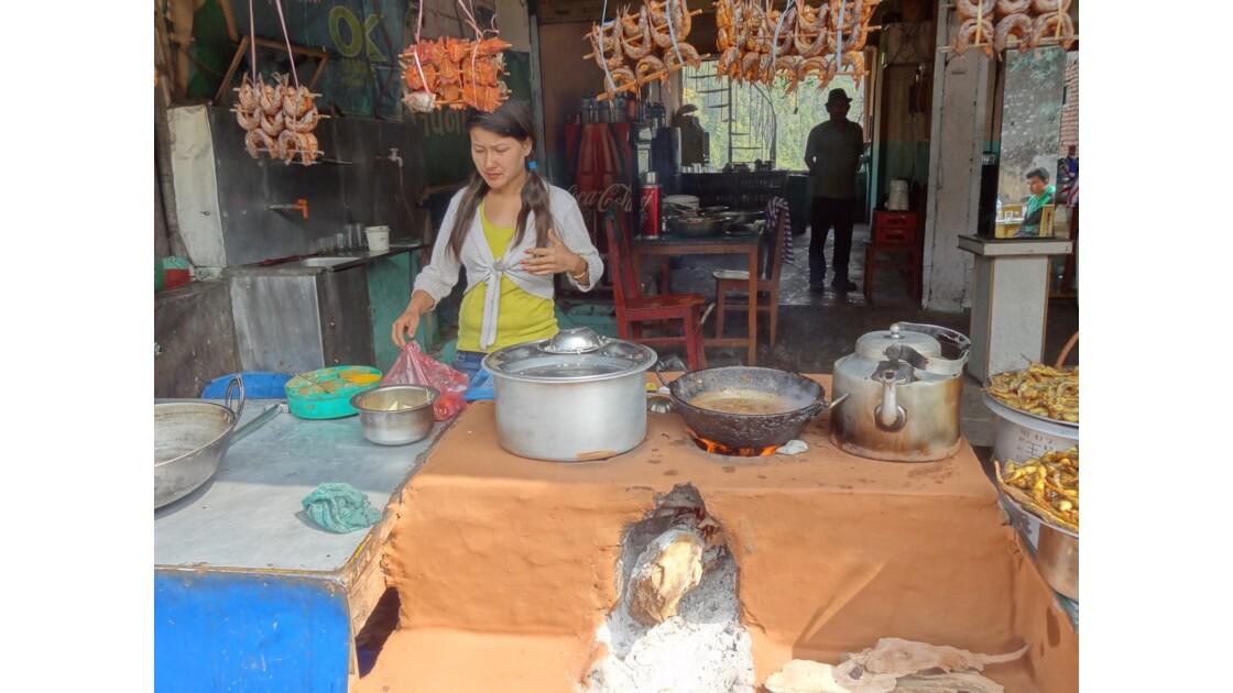 Népal Prithvi Highway les petits restaurants de Malekhu 3
