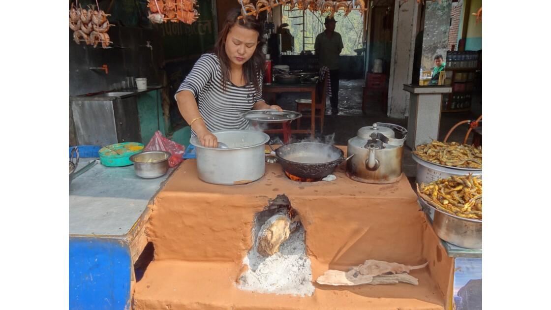 Népal Prithvi Highway les petits restaurants de Malekhu 4
