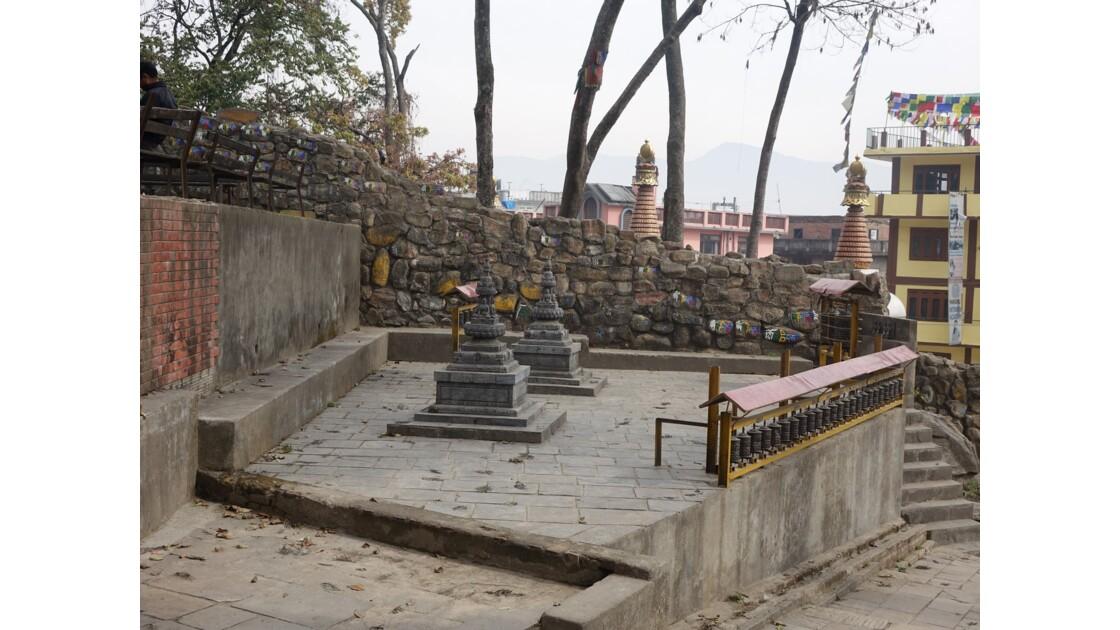 Népal Swayambunath Petits stupas et moulin à prière