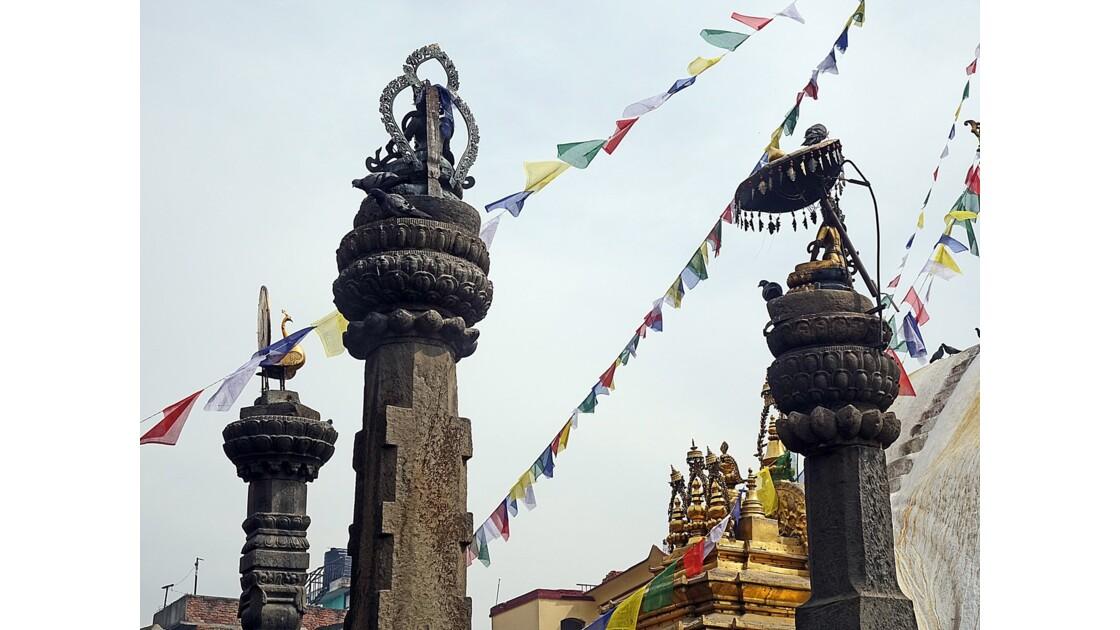 Népal Stupa de Swayambunath statues de Tara et  statue d'un paon