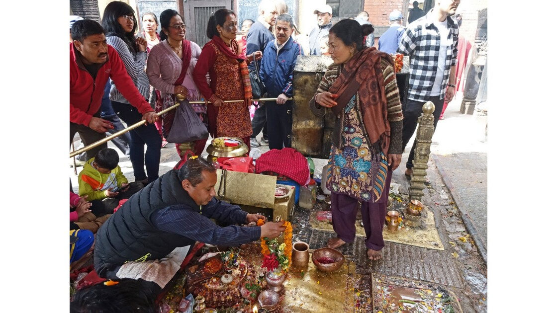 Népal Stupa de Swayambunath Vente des offrandes auTemple d'Hariti 1