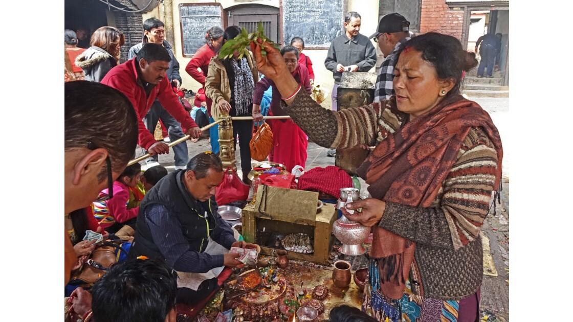 Népal Stupa de Swayambunath Vente des offrandes auTemple d'Hariti 2