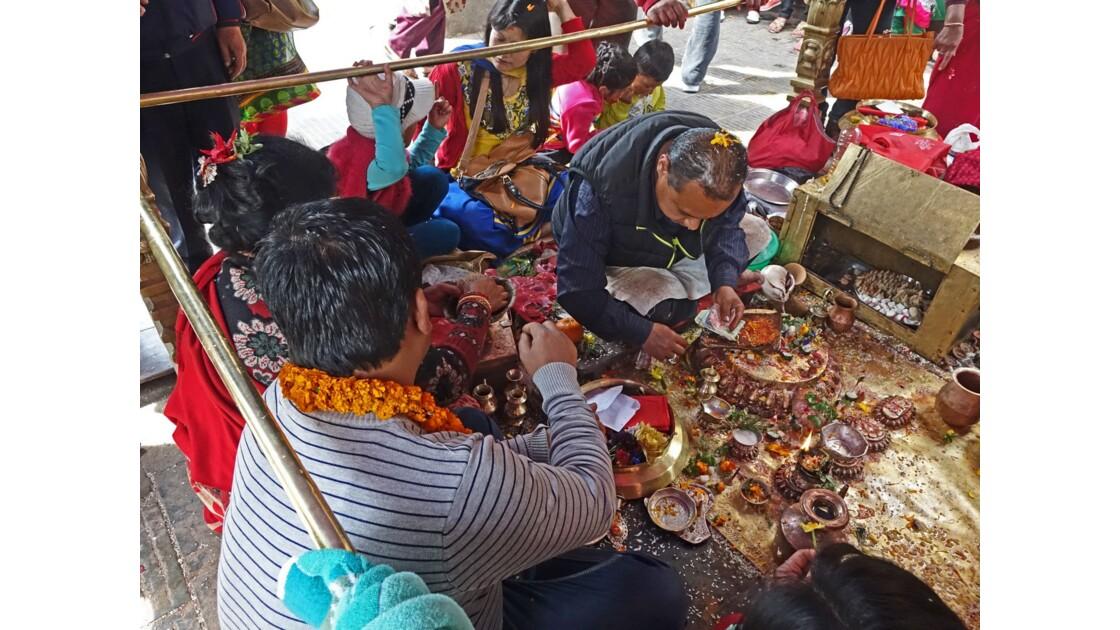 Népal Stupa de Swayambunath Vente des offrandes auTemple d'Hariti 3