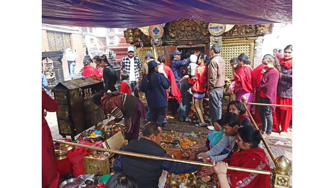 Népal Stupa de Swayambunath offrandes auTemple d'Hariti 2