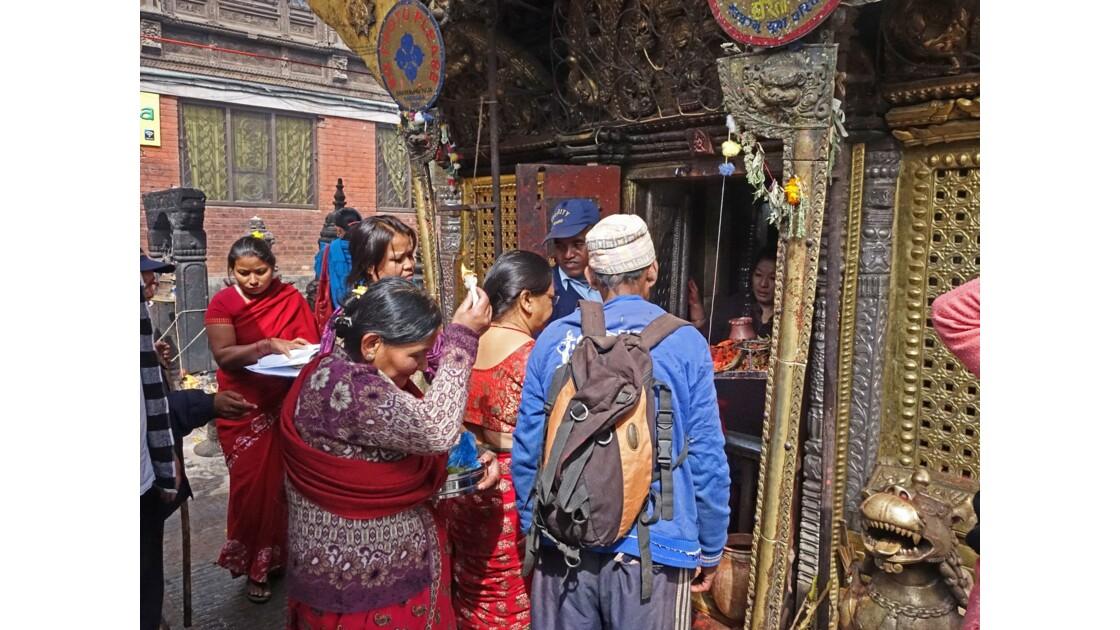 Népal Stupa de Swayambunath offrandes auTemple d'Hariti 4