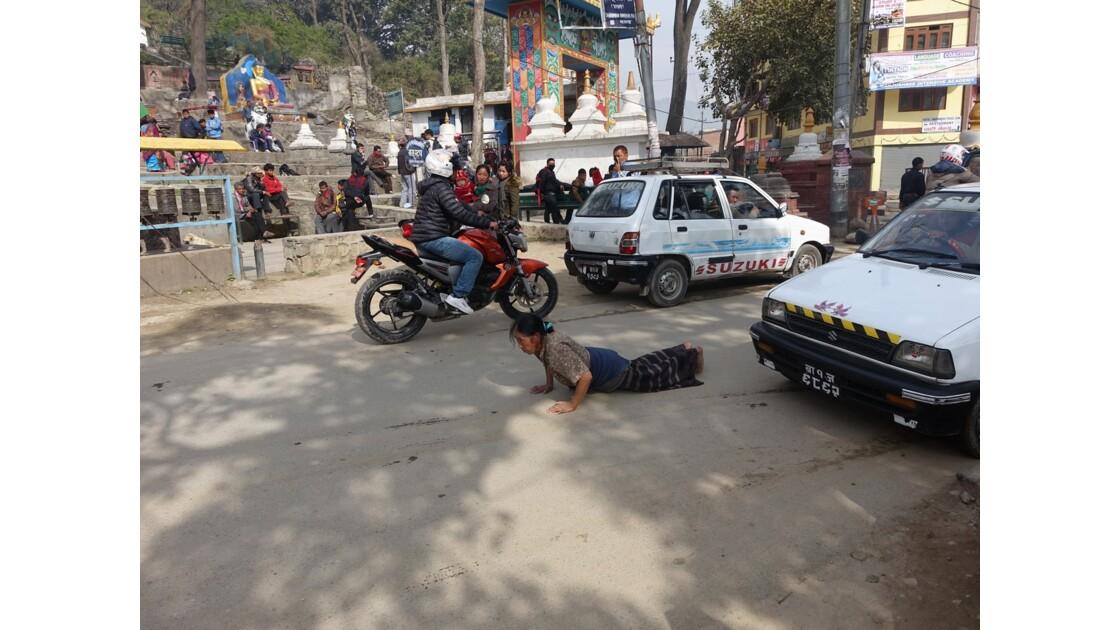 Népal Stupa de Swayambunath prière dans la rue 1