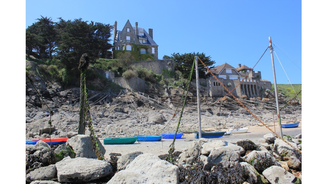 Bretagne : la petite baie de St-Lunaire abrite une petite flotte de bateaux