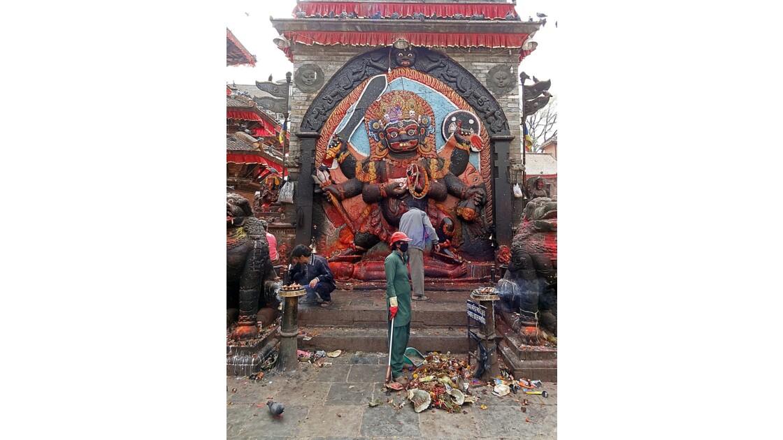 Népal Katmandou Durbar Square Kala Bhairab nettoyage