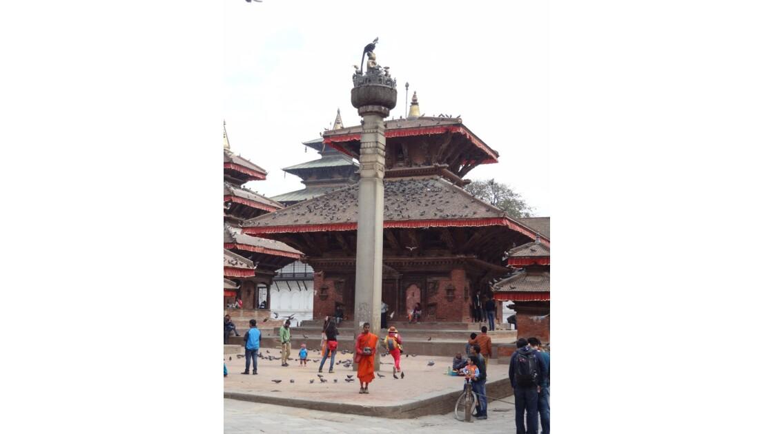 Népal Katmandou Durbar Square colonne du roi Pratapa Malla et temple Jagannath 3