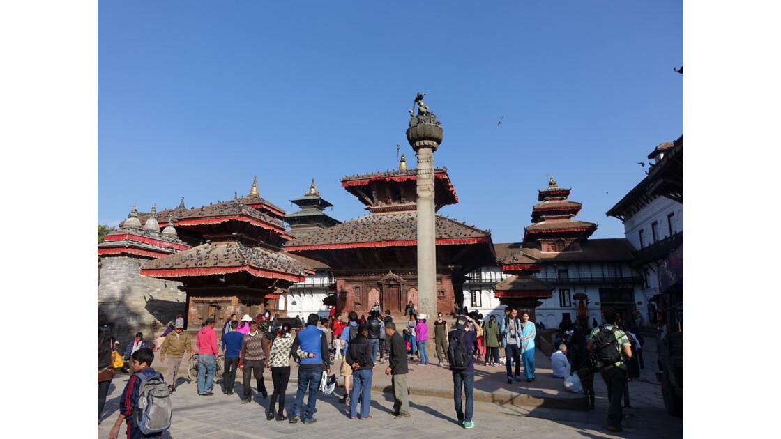 Népal Katmandou Durbar Square colonne du roi Pratapa Malla et temple Jagannath 1