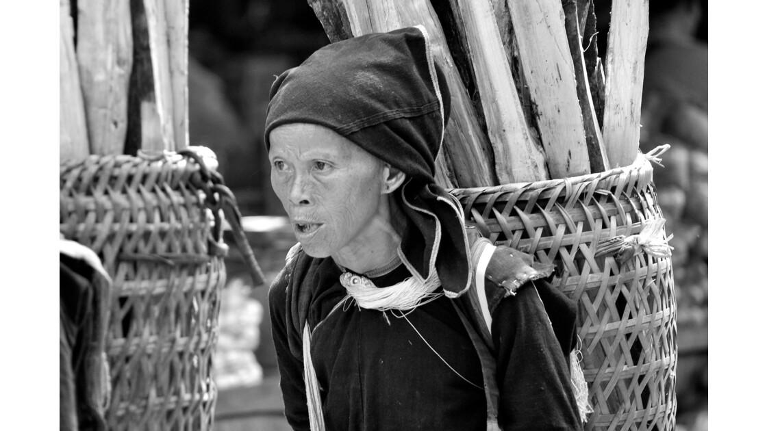 Beaucoup de corvées pour les ethnies du nord du laos ....Ici le bois .
