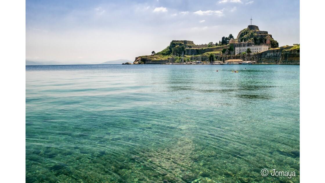 Les eaux cristallines de Corfou Ville, au pied de la vieille forteresse vénitienne - Crystal waters in Corfu Town, near the old fortress