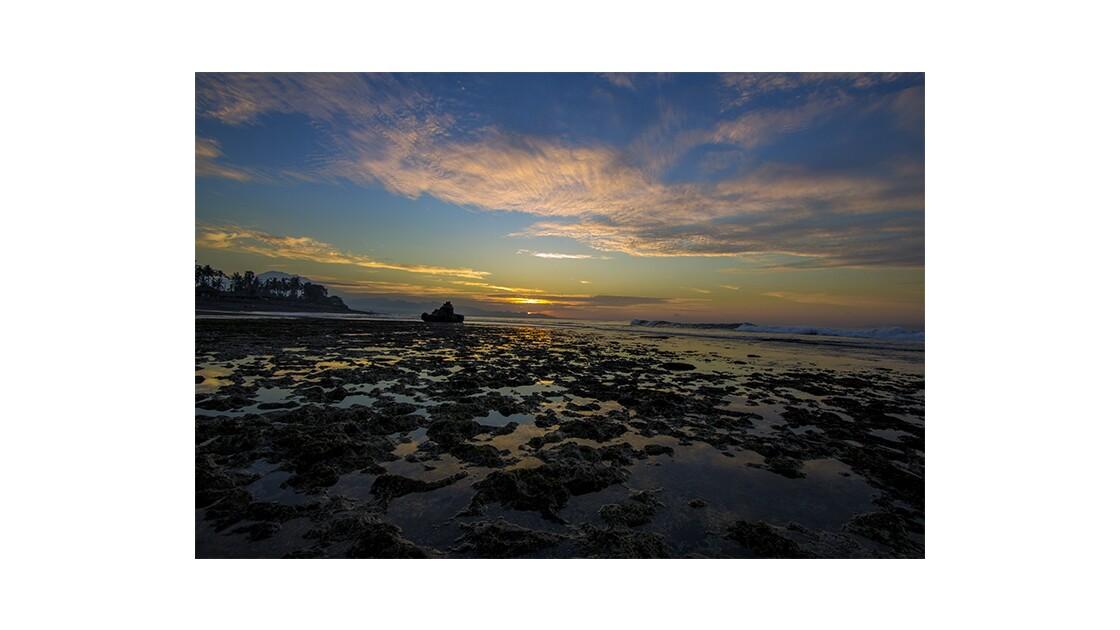 lever de soleil  a l Est de Bali en Indonesie
