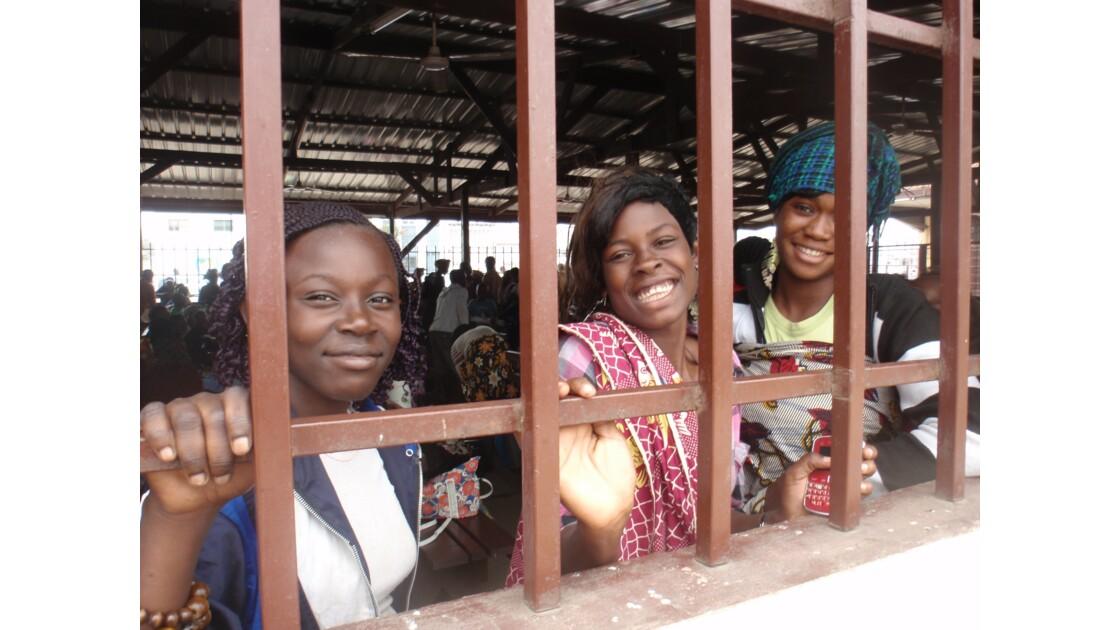 Jeunes filles à la gare de Pointe Noire