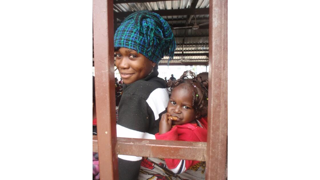 Maman et enfant à la gare de Pointe-Noire