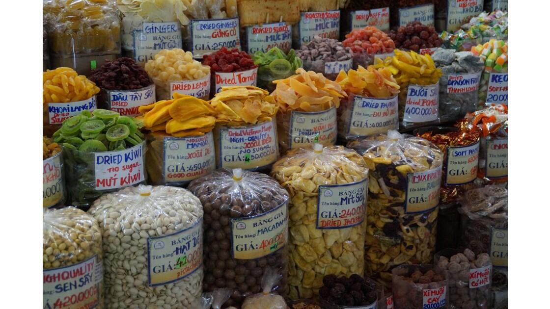 Etal de fruits séchés dans le marché Ben Tanh de Saigon