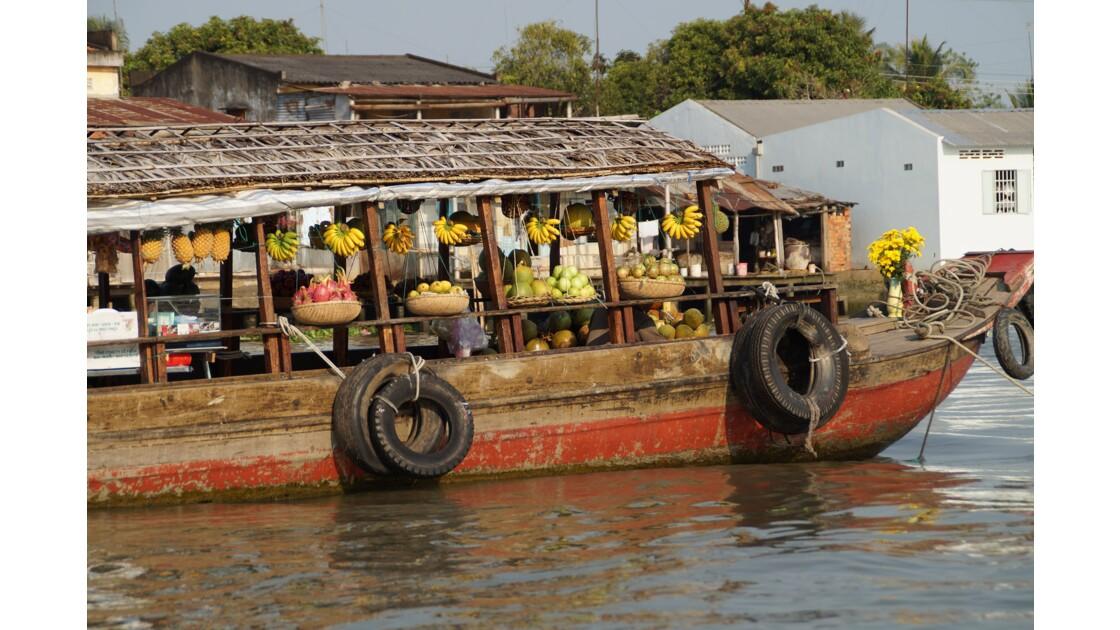 Vendeur de fruits sur le marché flottant de Cai Be