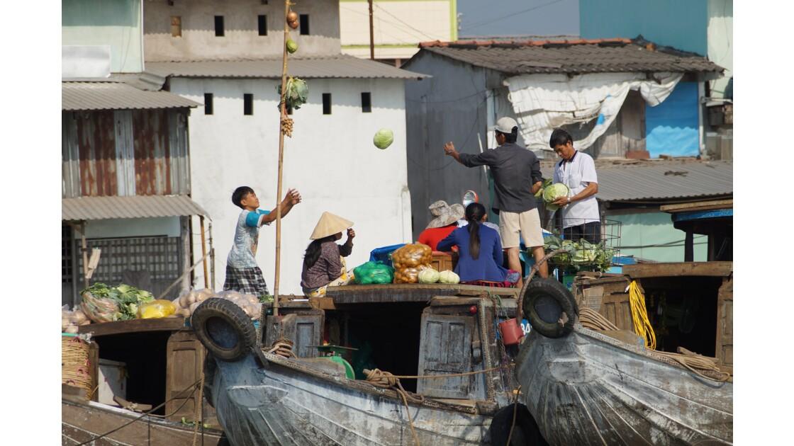 Lancer de choux sur le marché de Cai Rang