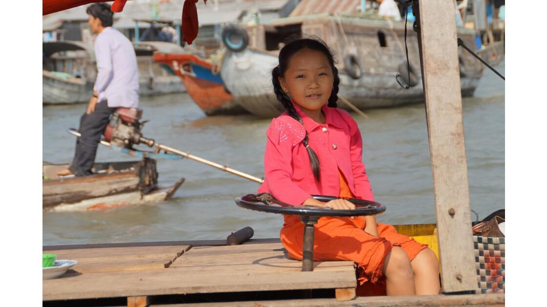 Jeune fille sur une jonque, sur le marché de Cai Rang