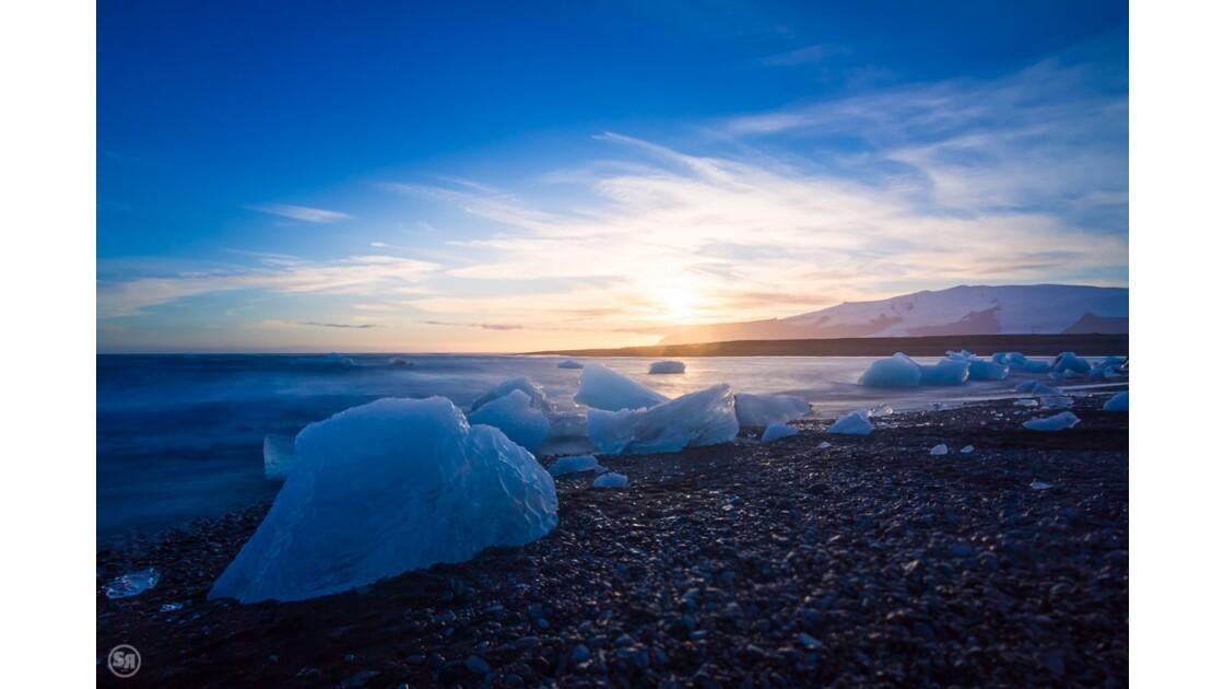 Jökulsárlón: the frozen beach at sunset