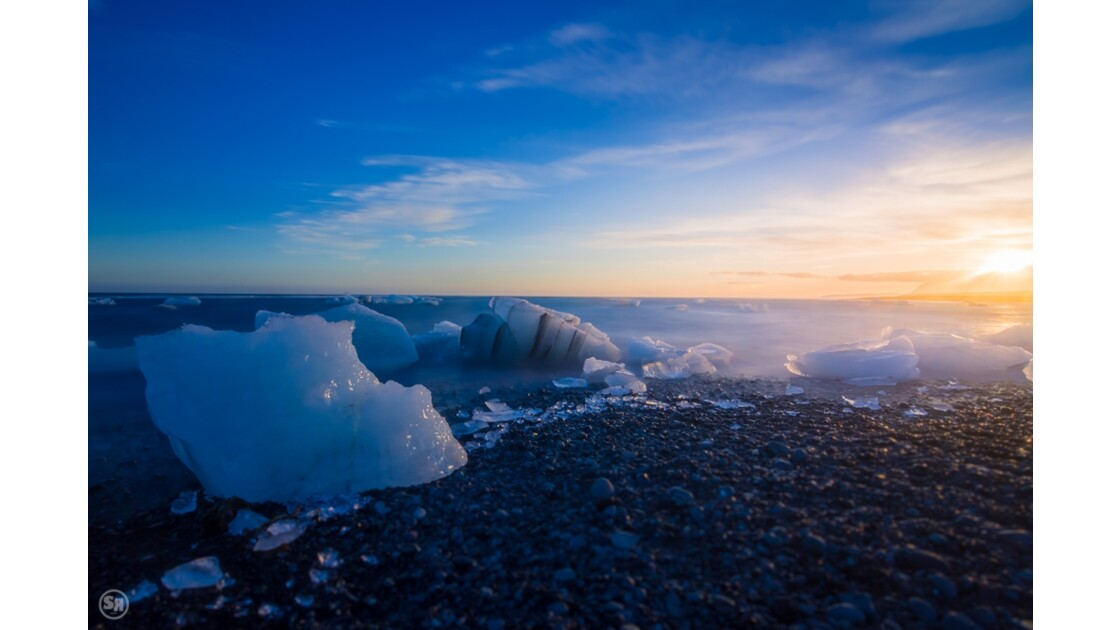 Jökulsárlón: the frozen beach at sunset