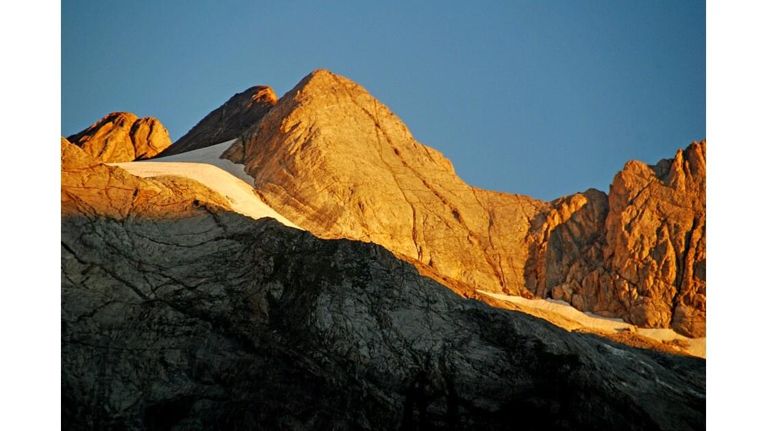 Soleil levant sur le massif du Vignemale