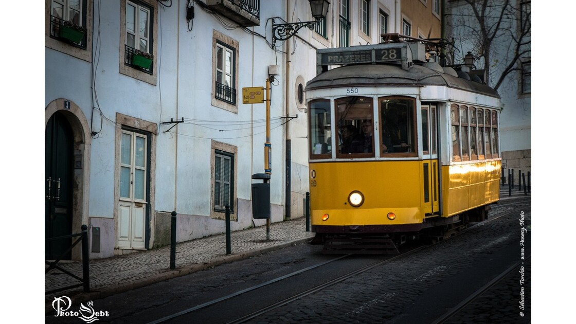 Le Tram 28 dans le quatier de l'Alfma de Lisbonne