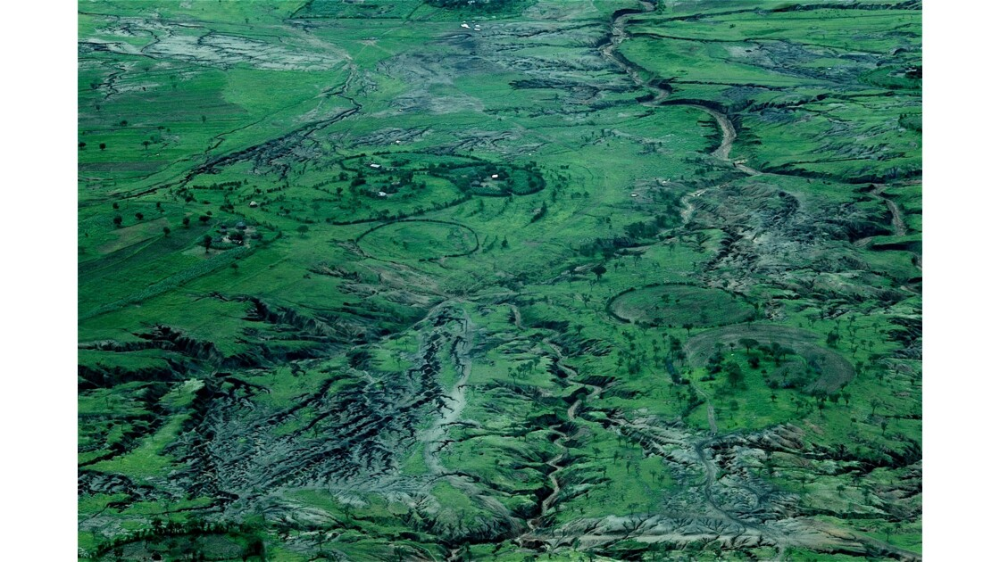 Relief et habitat Masaï vus du ciel