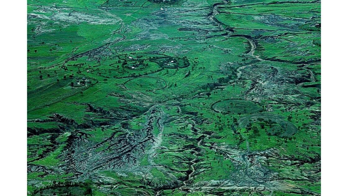 Vu du ciel :  relief et habitat Masaï, massif du Ngorongoro