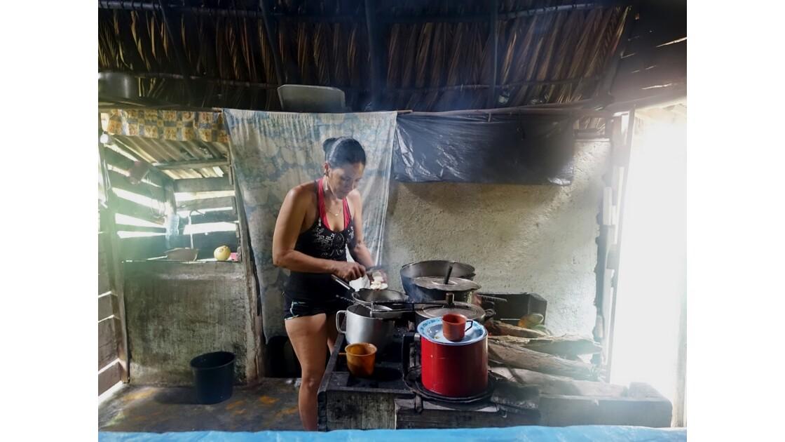 Cuba Sendero El Yunque Préparation de la collation par notre hôte cubaine 1