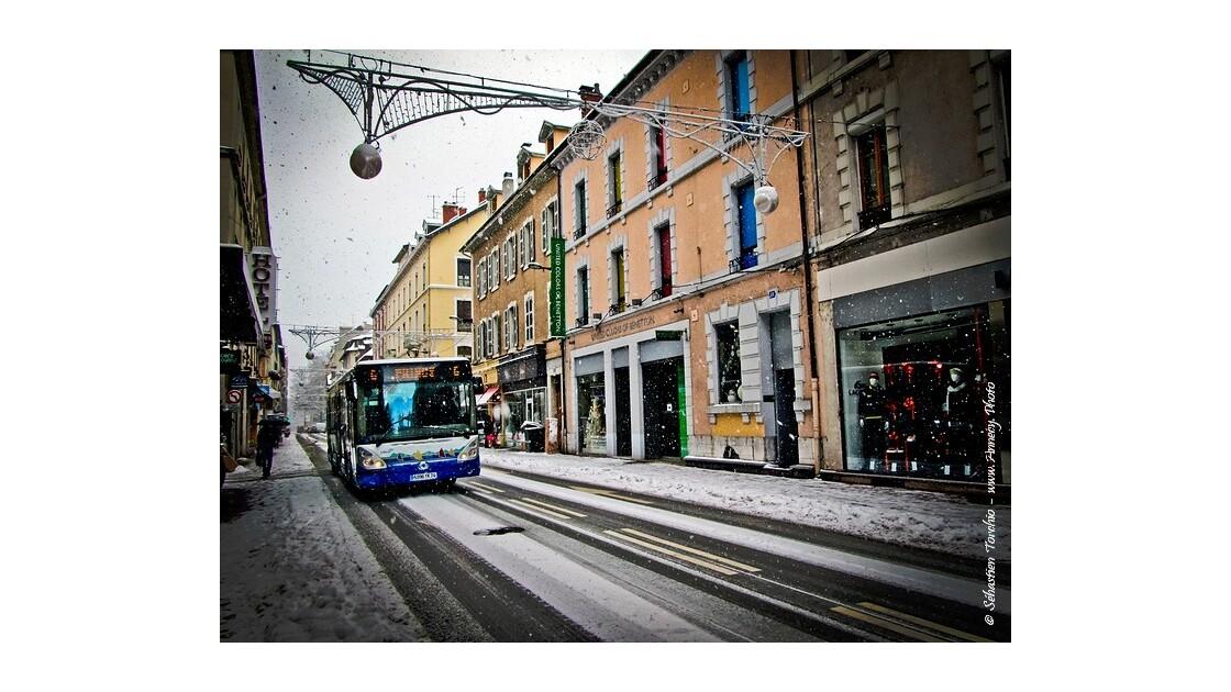 La neige s'invite dans les rues d'Annecy