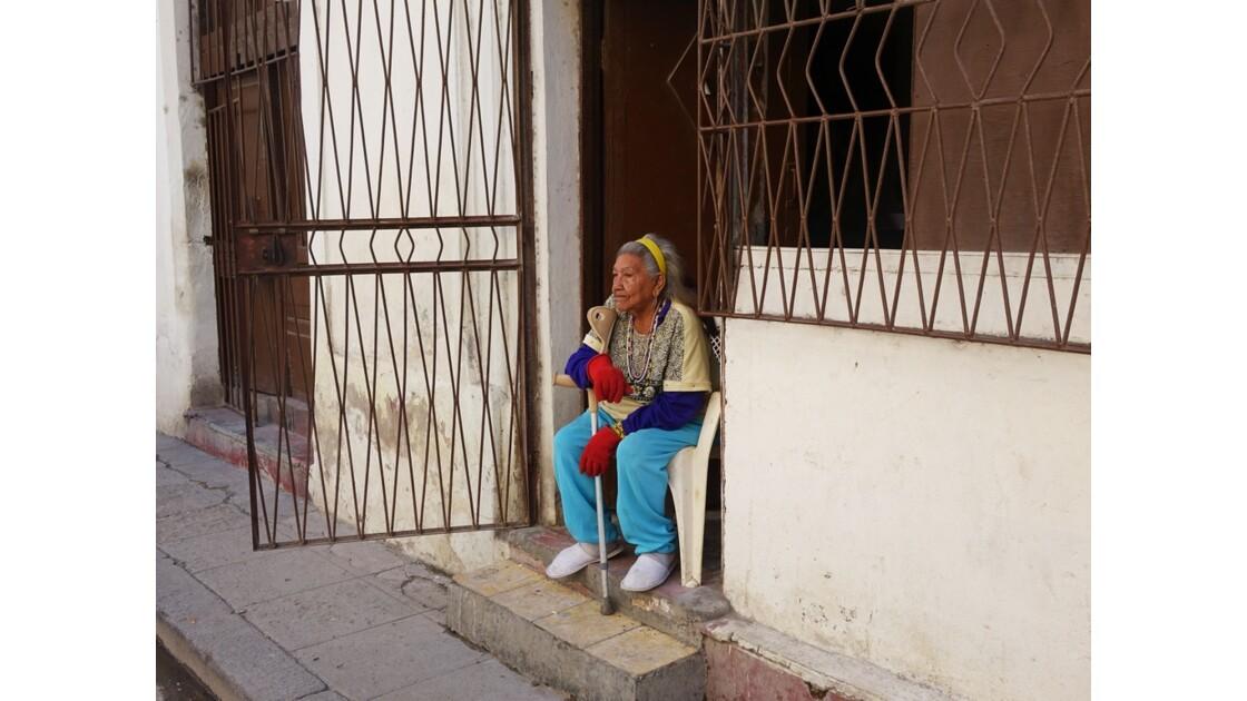 Cuba La Havane La dame d'en face de l'Iglesia de la Merced 2