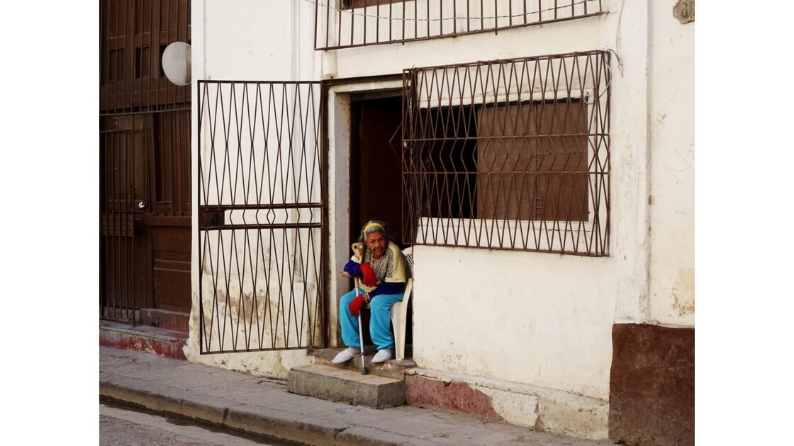 Cuba La Havane La dame d'en face de l'Iglesia de la Merced 3
