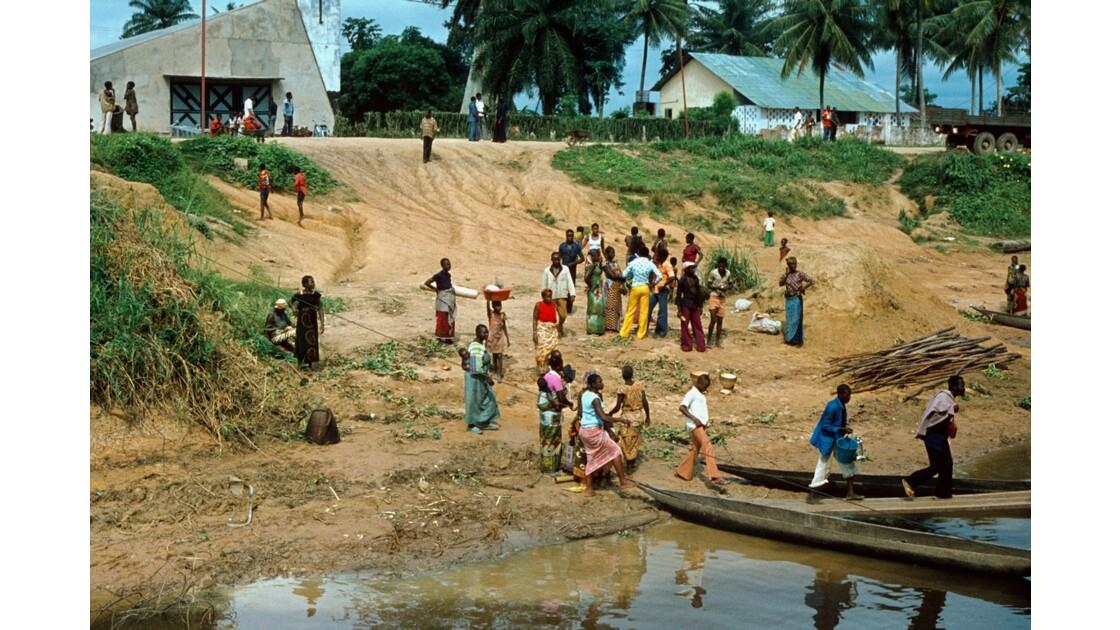 Congo 70 Impfondo Embarquement dans les pirogues