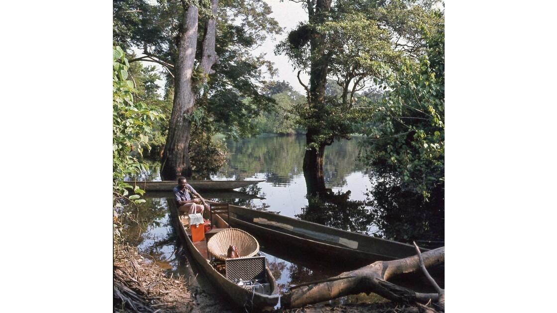 Congo 70 Sur l'Oubangui notre pirogue et notre pinassier