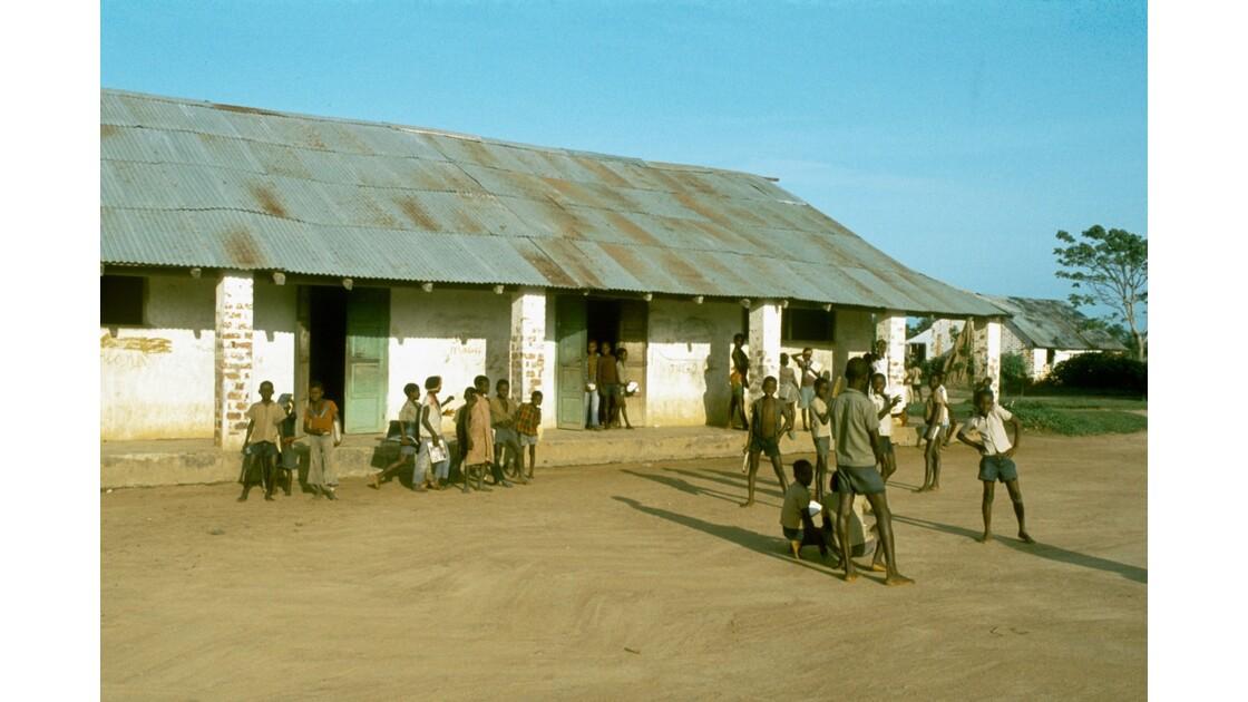 Congo 70  Dongou Ecole et élèves