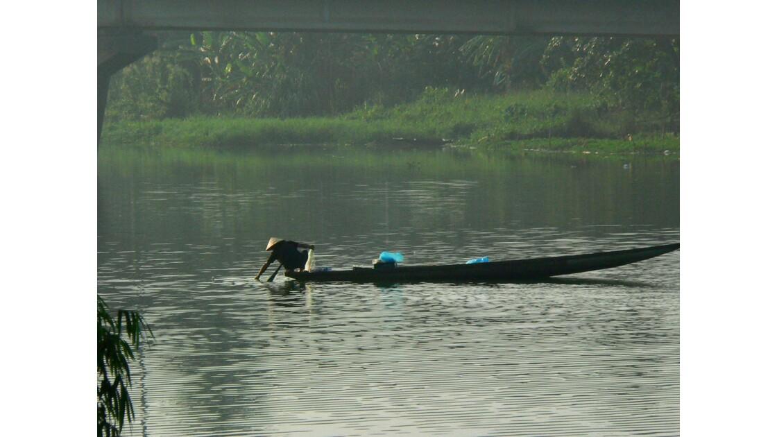 Hué 6h du matin un pêcheur sur la rivière des parfums