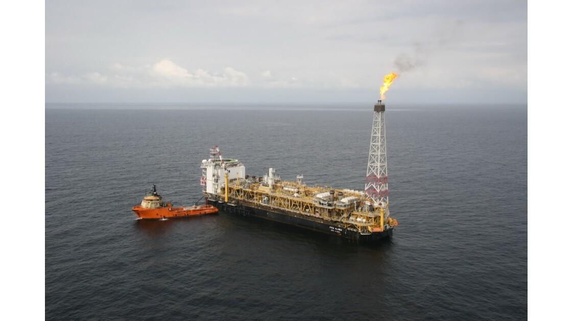 Extraction pétrolière offshore à Pointe-Noire au Congo