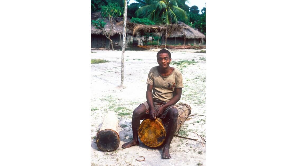 Congo 70 Pygmée et tam-tam à Motaba